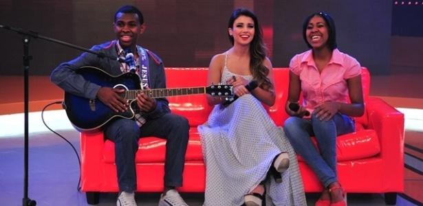 A cantora Paula Fernandes ao lado da dupla Jeferson e Suellen (do hit do YouTUbe