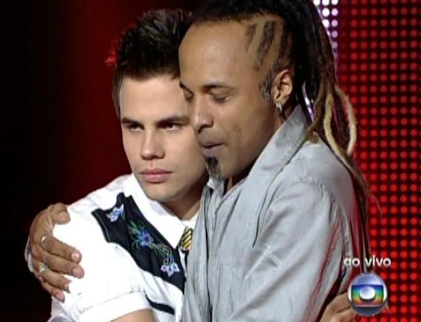 """Danilo Dyba e Júnior  Meirelles aguardam a decisão de Daniel na sexta semifinal do """"The Voice Brasil"""" (9/12/12)"""