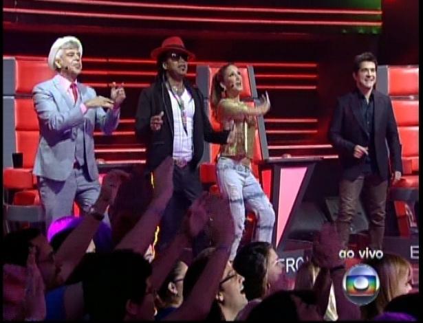 """Os técnicos dançam durante a apresentação de Ludmillah Anjos na sexta semifinal do """"The Voice Brasil"""" (9/12/12)"""