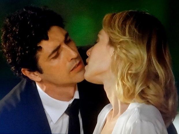 """Em """"Guerra dos Sexos"""", Nando dá a entender que é apaixonado por Juliana e quase a beija"""