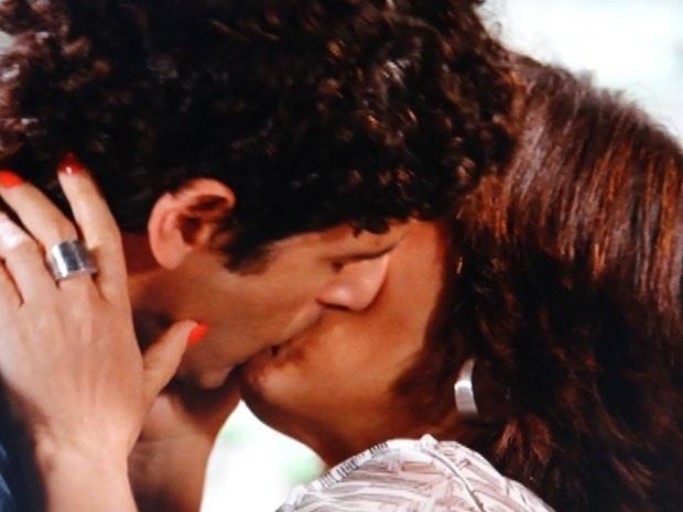 """Em """"Guerra dos Sexos"""", Roberta se declara para Nando e eles se beijam"""