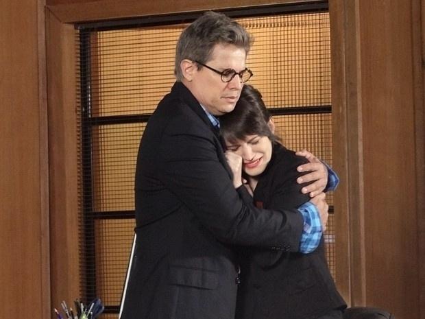 """Em """"Guerra dos Sexos"""", Carolina faz drama e Felipe consola a secretária (11/12/12)"""