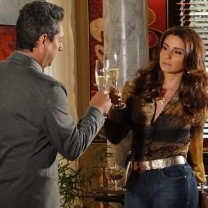 """Em """"Salve Jorge"""", Helô se torna delegada federal e comemora ao lado do ex-marido"""