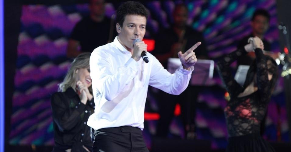 """13.dez.2012 - 13.dez.2012 - O apresentador de """"A Fazenda de Verão"""", Rodrigo Faro, canta na final do """"Ídolos"""""""