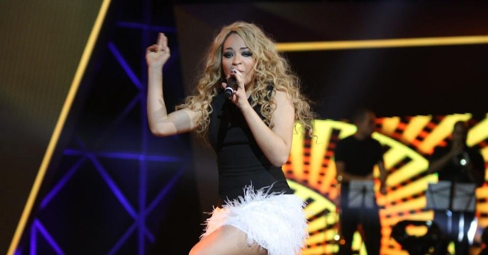 """13.dez.2012 - 13.dez.2012 - Quinara, a primeira mulher a chegar na final do programa, canta na final do programa """"Ídolos"""""""