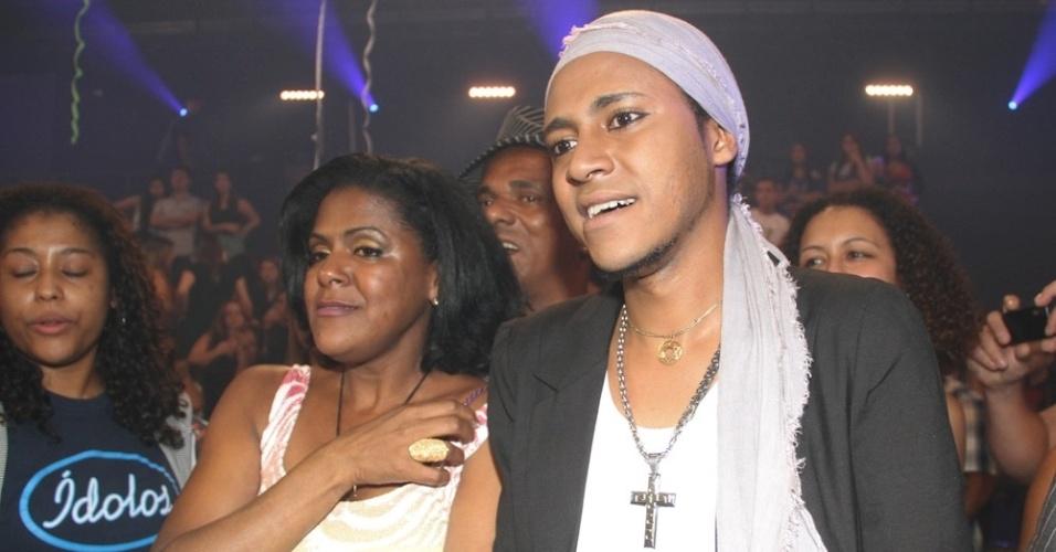 """13.dez.2012 - Everton Silva, vencedor do """"Ídolos 2012"""" com a família a vitória do reality musical da Record"""