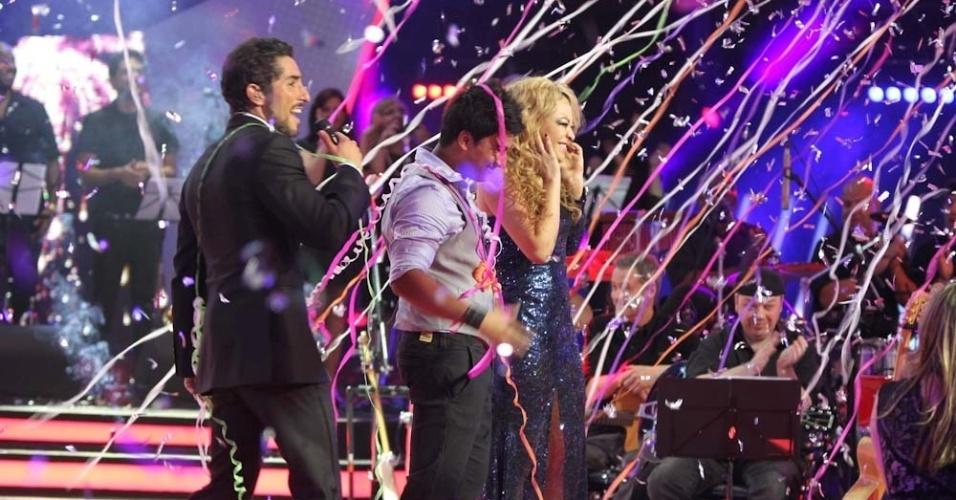 """13.dez.2012 - Marcos Mion anuncia o vencedor do """"Ídolos 2012"""", com Leonardo, Quinara e o vencedor Everton Silva no palco"""