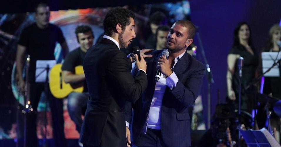 """13.dez.2012 - Marcos Mion conversa com Diogo Nogueira na final do reality show musical da Record, o """"Ídolos"""""""