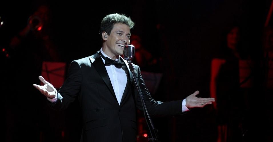 """13.dez.2012 - O apresentador de """"A Fazenda de Verão"""", Rodrigo Faro, canta na final do """"Ídolos"""""""