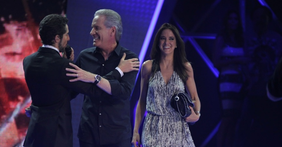 """13.dez.2012 - O apresentador Marcos Mion fala com Roberto Justus Ticiane Pinheiro na final do """"Ídolos"""""""