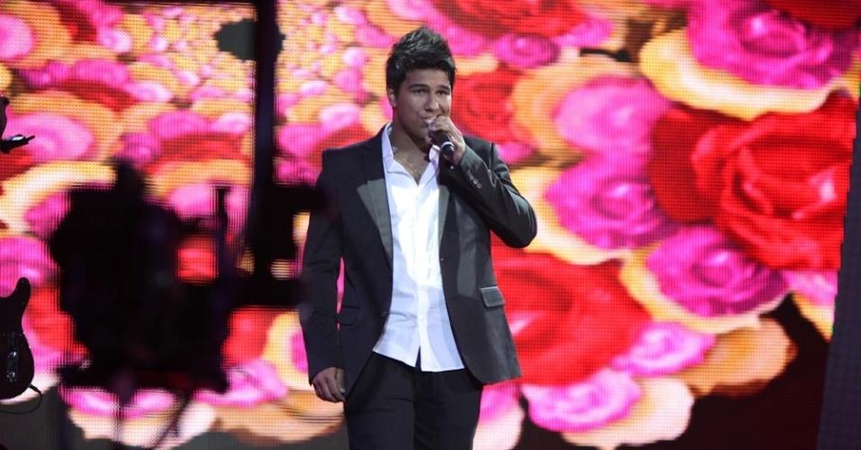 """13.dez.2012 - O sertanejo Leonardo, de apenas 17 anos, canta na final do """"Ídolos"""""""
