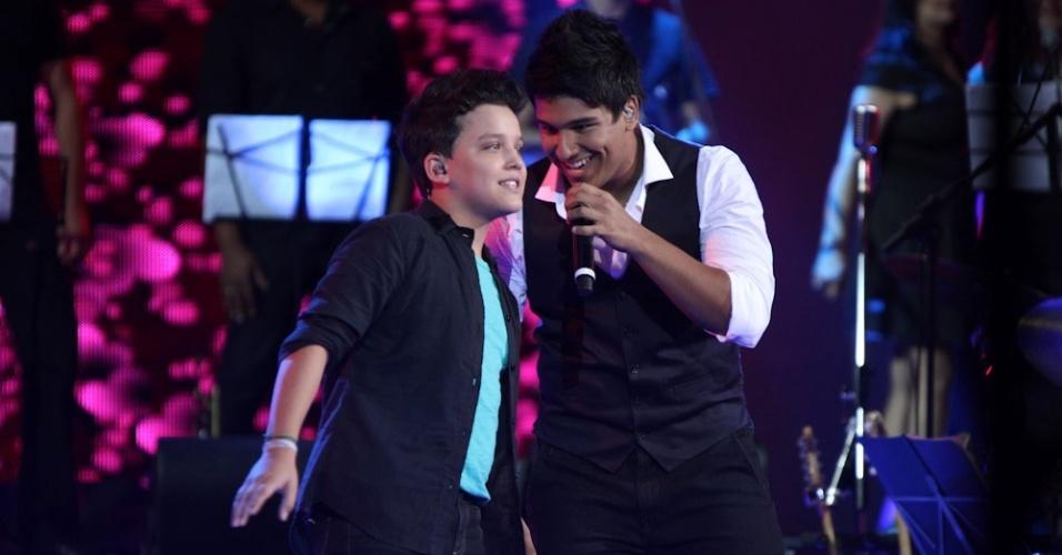 """13.dez.2012 - O vencedor de """"Ídolos Kids"""", Fernando Franco, canta junto do candidato Leonardo na final do """"Ídolos"""""""