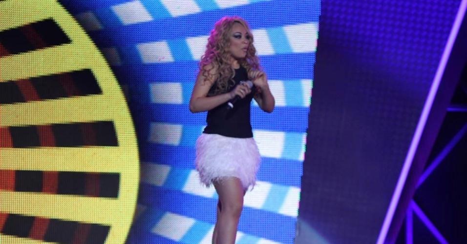"""13.dez.2012 - Quinara, a primeira mulher a chegar na final do programa, canta no último programa """"Ídolos"""" de 2012"""