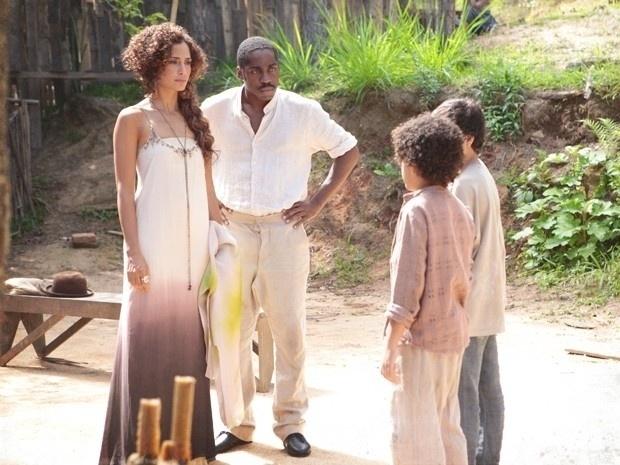 """Em """"Lado a Lado"""", Elias maltrata Isabel, sem saber que a dançarina é sua mãe"""