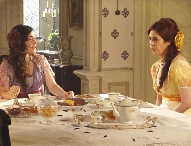 """Em """"Lado a Lado"""", Neusinha confessa que é virgem e Catarina debocha"""
