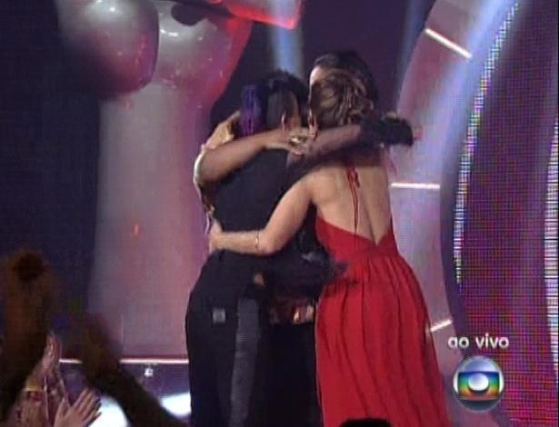 """16.dez.2012 - Candidatas abraçam Ellen Oléria após cantora vencer a primeira edição do """"The Voice Brasil"""""""