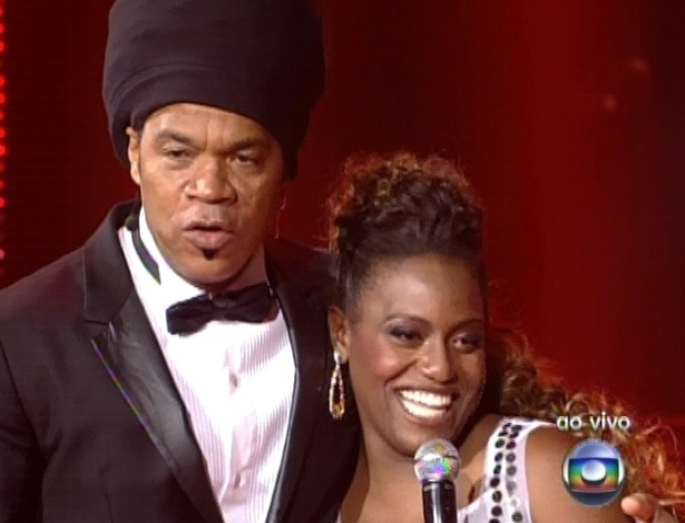 "16.dez.2012 - Carlinhos Brown abraça Ludmillah Anjos na final do ""The Voice Brasil"""