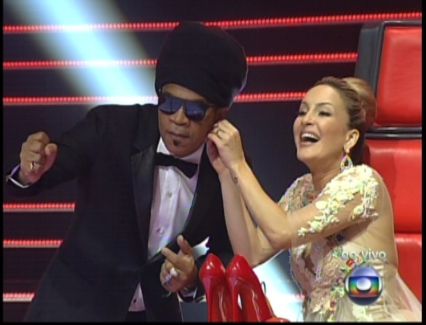 "16.dez.2012 - Carlinhos Brown e Claudia Leitte conversam na final do ""The Voice Brasil"""