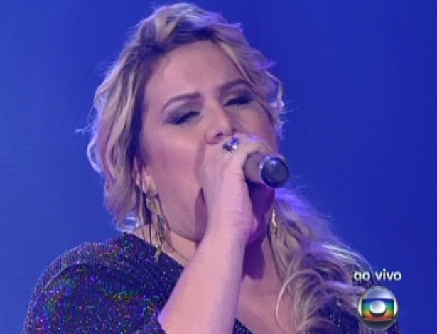 "16.dez.2012 - Carol Marques canta dom Daniel na final do ""The Voice Brasil"""