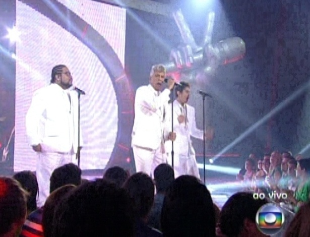 """16.dez.2012 - Lulu Santos canta com Marquinhos OSócio e Gabriel Levan na final do """"The Voice Brasil"""""""
