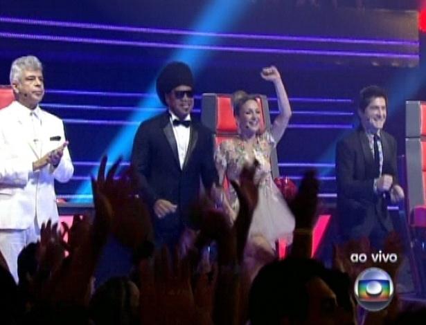 """16.dez.2012 - Lulu Santos, Carlinhos Brown, Claudia Leitte e Daniel dançam na apresentação de Ellen Oléria na final do """"The Voice Brasil"""""""