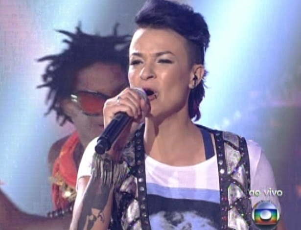 "16.dez.2012 - Maria Christina canta ""A namorada"" na final do ""The Voice Brasil"""