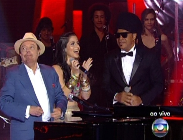 "16.dez.2012 - Sergio Mendes, Mira Callado e Carlinhos Brown se apresentam na final do ""The Voice Brasil"""