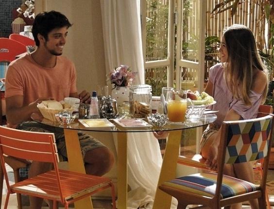 """17.dez.2012 - Em """"Malhação"""", Fatinha entende tudo errado e acha que está namorando Bruno"""