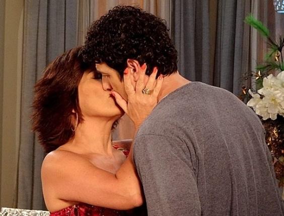 """Em """"Guerra dos Sexos"""", Kiko e Analú flagram Roberta e Nando aos beijos"""