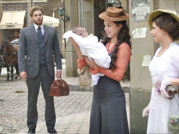 """Em """"Lado a Lado"""", Edgar fica emocionado ao ver Laura com o bebê da amiga no colo"""