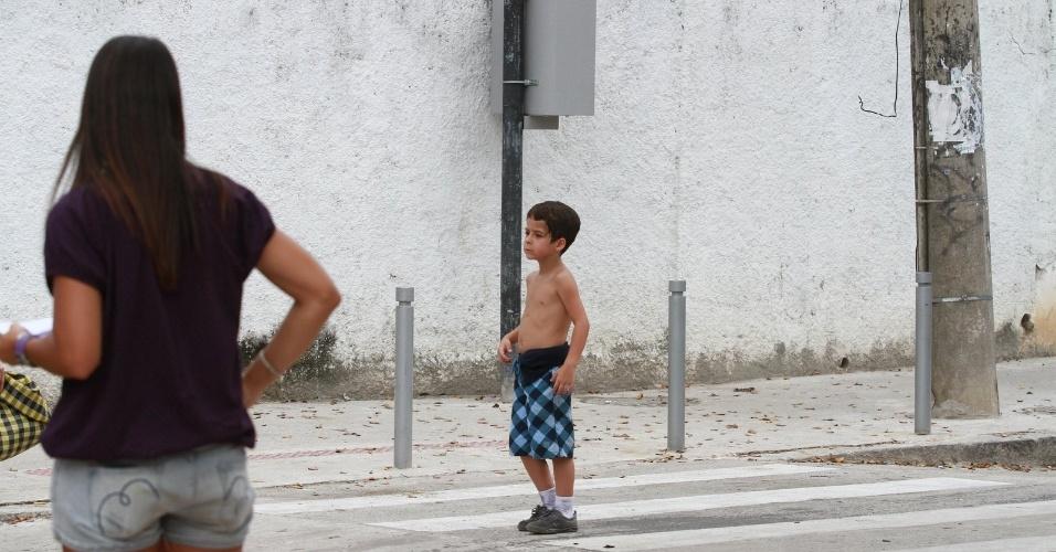 """Garoto que interpreta filho de Morena em """"Salve Jorge"""" grava cena em que se perde para encontrar Théo"""