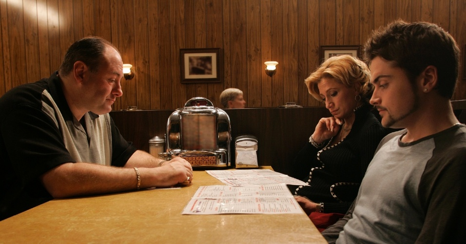 "jun.2007 - Cena do episódio final da série ""Família Soprano"", com James Gandolfini, Edie Falco e Robert Iler"