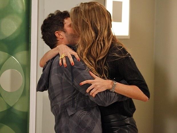 """Em """"Guerra dos Sexos"""", para provocar Felipe, Vânia beija Zenon"""
