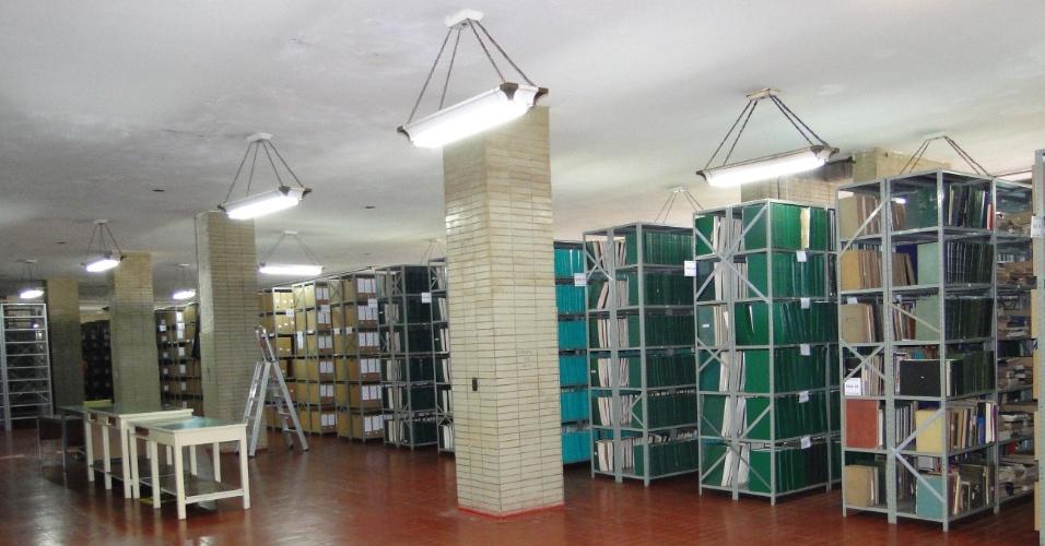"""Estantes do Arquivo Nacional em Brasília armazenam documentos do DCDP (Departamento de Censura de Diversões Públicas) em corredores numerados e classificados como """"ruas"""""""