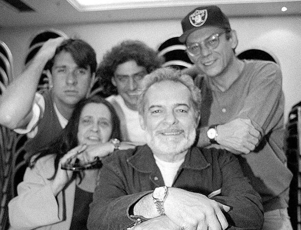 """4.jan.1996 - Elenco da peça """"A Maracutaia"""": Atrás, Luiz Salem, Giuseppe Oristânio e José Wilker; à frente, Thelma Reston e Othon Bastos"""