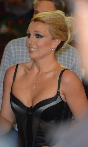 """20.dez.2012 - A jurada do """"X-Factor"""" Britney Spears chega para a final do programa em Los Angeles, que terminou com a vitória de Tate Stevens"""