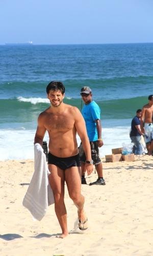 """O ator Duda Nagle, que interpreta Caíque em """"Salve Jorge"""", grava cenas da novela na praia do Recreio, Rio de Janeiro"""