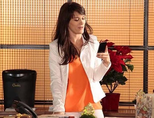 """Em """"Guerra dos Sexos"""", Carolina usa o celular de Vânia e arma para cima dela"""
