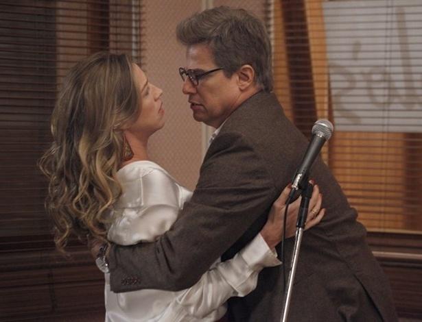 """Em """"Guerra dos Sexos"""", funcionários da Charlô's ouvem conversa entre Vânia e Felipe"""