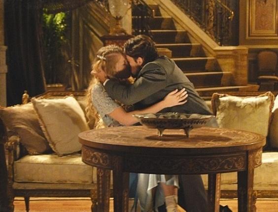 """Em """"Lado a Lado"""", Bonifácio flagra Albertinho e Esther aos beijos na sala de casa"""