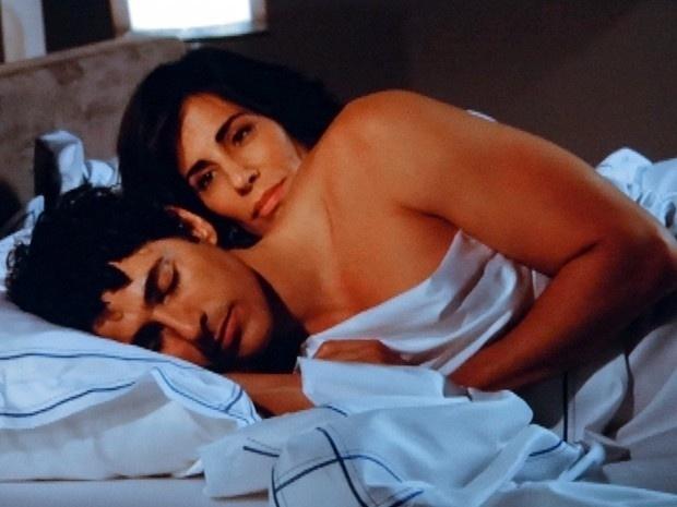 """Em """"Guerra dos Sexos"""", Nando e Roberta têm primeira noite de amor"""