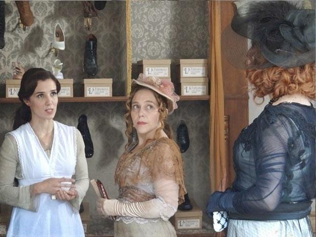"""Em """"Lado a Lado"""", Carlota vê Laura trabalhando como vendedora e se recusa cumprimentar a sobrinha"""