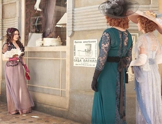"""2.jan.2013 - Em """"Lado a Lado"""", Catarina tenta humilhar Laura, mas leva fora de Constância"""