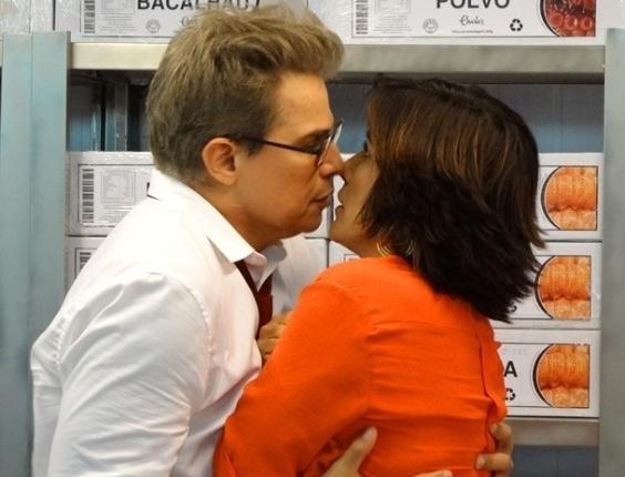 """3.jan.2013 - Em """"Guerra dos Sexos"""", trancados em um frigorífico, Felipe e Roberta quase se beijam"""