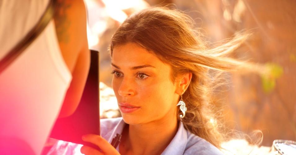 """4.jan.2012 A atriz Gazi Massafera grava cena de """"Flor do Caribe"""", próxima novela das 18h em que ela interpretará Ester, uma guia turística que está prestes a se casar com seu amor de infância, o piloto Cassiano (Henri Castelli)"""