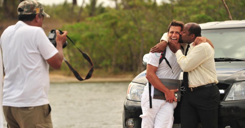 """4.jan.2013 Aílton Graça beija Henri Castelli durante as gravações de """"Flor do Caribe"""", nova novela das 18h, que tem estreia prevista para março"""