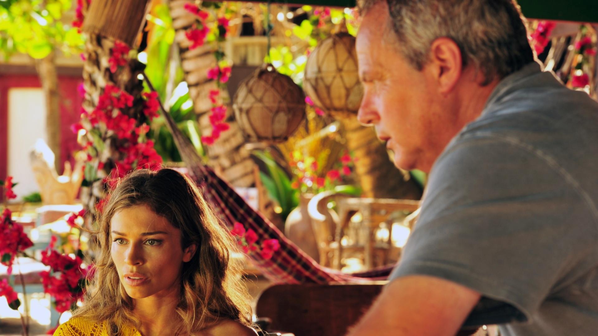 4.jan.2013 Grazi Massafera recebe orientações do diretor Jayme Monjardim durante as gravações de