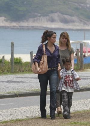 Traficante coloca Morena, Jéssica e Júnior no carro e os leva até um lugar deserto