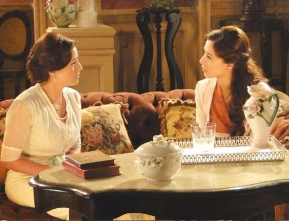 """Em """"Lado a Lado"""", Sandra revela para Laura que não é mais virgem e ganha colo da amiga"""