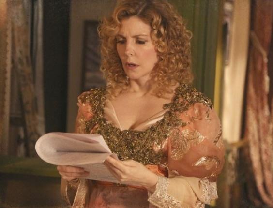 """Em """"Lado a Lado"""", Neusinha e Catarina usam matéria para jogar Diva contra Isabel"""